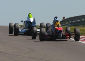 Vol veld met Formule Ford-bolides naar Zandvoort