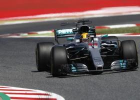 Hamilton zegeviert in Barcelona