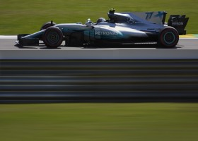 Bottas kaapt de pole weg voor de neus van Vettel