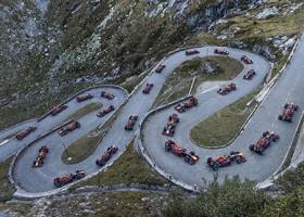 Sebastien Buemi stuurt Red Bull over een bergpas