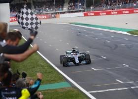Hamilton zegeviert in Barcelona, Verstappen pakt felbegeerde podiumplek