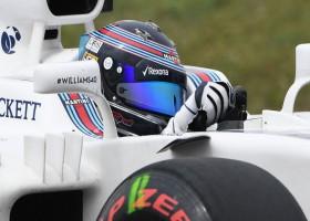 Drie wagens starten vanuit de pits in Silverstone