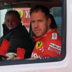 Vettel wordt met zijn Ferrari teruggebracht naar de pits