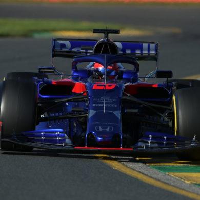 Dany Kvyat met de Toro Rosso op het circuit van Melbourne