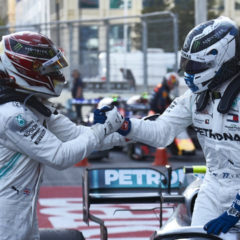 Hamilton feliciteerd Bottas met zege in Bakoe