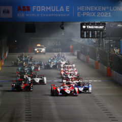 STREETS OF LONDON, UNITED KINGDOM - JULY 24: Alex Lynn (GBR), Mahindra Racing, M7Electro, leads Jake Dennis (GBR), BMW I Andretti Motorsport, BMW iFE.21, Sebastien Buemi (CHE), Nissan e.Dams, Nissan IMO2, and the rest of the field at the start during the London E-Prix I at Streets of London on Saturday July 24, 2021, United Kingdom. (Photo by Sam Bloxham / LAT Images)